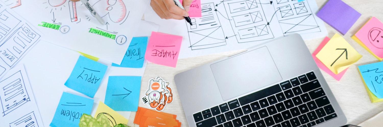 Schreibtisch mit diversen Notizen